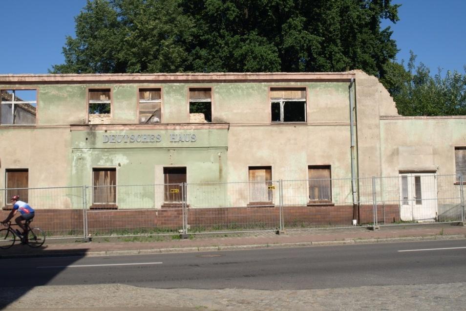 """Ruine und einstige Traditionsgaststätte: das """"Deutsche Haus"""" in Krauschwitz."""
