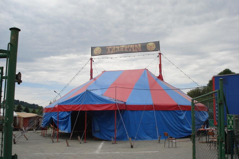 Das Zirkuszelt von Tasifan steht jetzt neben der Mittelherwigsdorfer Grundschule.