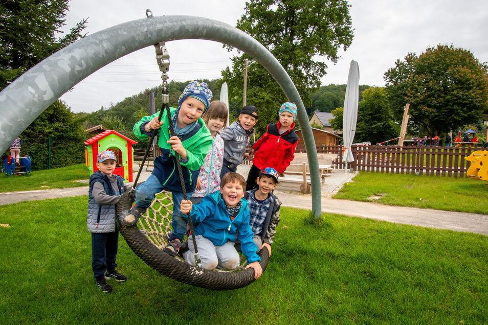 """Die neue Nestschaukel im Außengelände der Kindertagesstätte """"Burggeister"""" in Kriebethal wird bereits rege genutzt."""