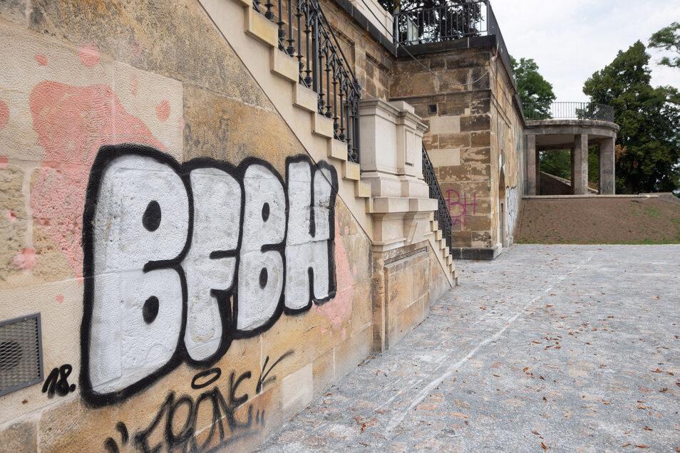 Mit viel Aufwand waren die Stützwände, Treppen und der Pavillon an der Albertbrücke instand gesetzt worden. Die frisch gereinigten Sandsteinflächen sind aber schon wieder mit wilden Graffiti verunstaltet.
