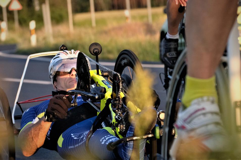 Lars Hoffmann bei seinem Weltrekordversuch mit dem Handbike. Am letzten Juni-Wochenende pendelte er 24 Stunden zwischen Rödern und Folbern und schaffte 660 Kilometer.