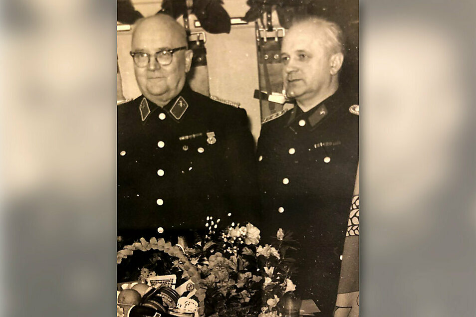 Heinz Heine (r.) zusammen mit seinem Vater Otto, durch den er als 15-Jähriger zur Freiwilligen Feuerwehr kam. Feuerwehrinspektor Otto Heine lehrte an der Zentralen Feuerwehrschule in Lockwitz.