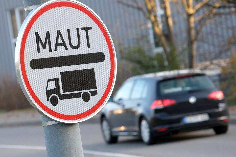 In Deutschland wird diskutiert, die Autobahnmaut auf Fernbusse auszuweiten. Kleine Transporter sollen vorerst verschont bleiben.