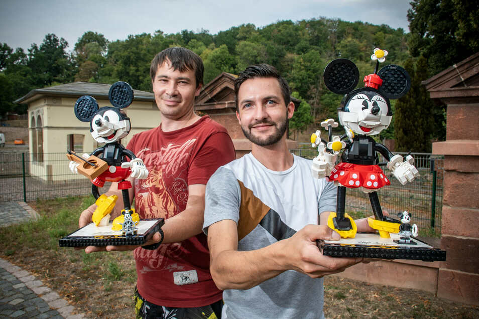 Marcel Ressel und Lukas Eschler (von links) zeigen zwei Mickey-Maus-Figuren aus Lego.