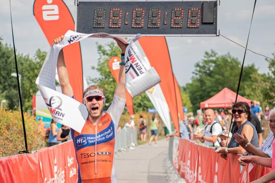 Sebastian Guhr vom OSSV Kamenz gewann das XL-Einzel in 3:56:16 h (1,9 km Schwimmen -0:32:07 h- / 90 km Rad -2:00:08 h- / 21 km Lauf -1:21:07 h-).