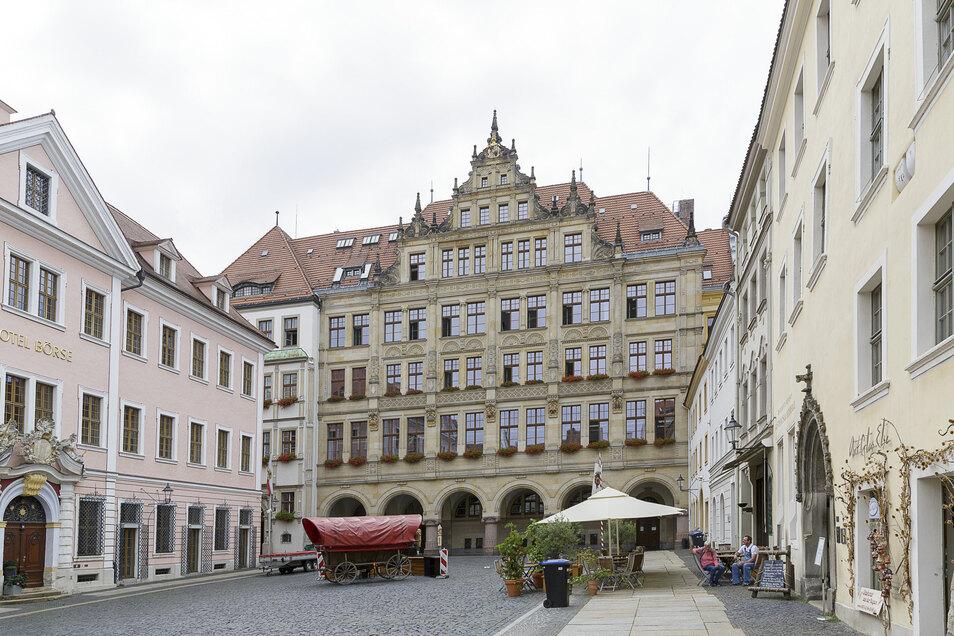 Am Untermarkt ist nicht mehr so viel los wie auf dem Bild, auch das Rathaus ist in diesen Tagen deutlich leerer.