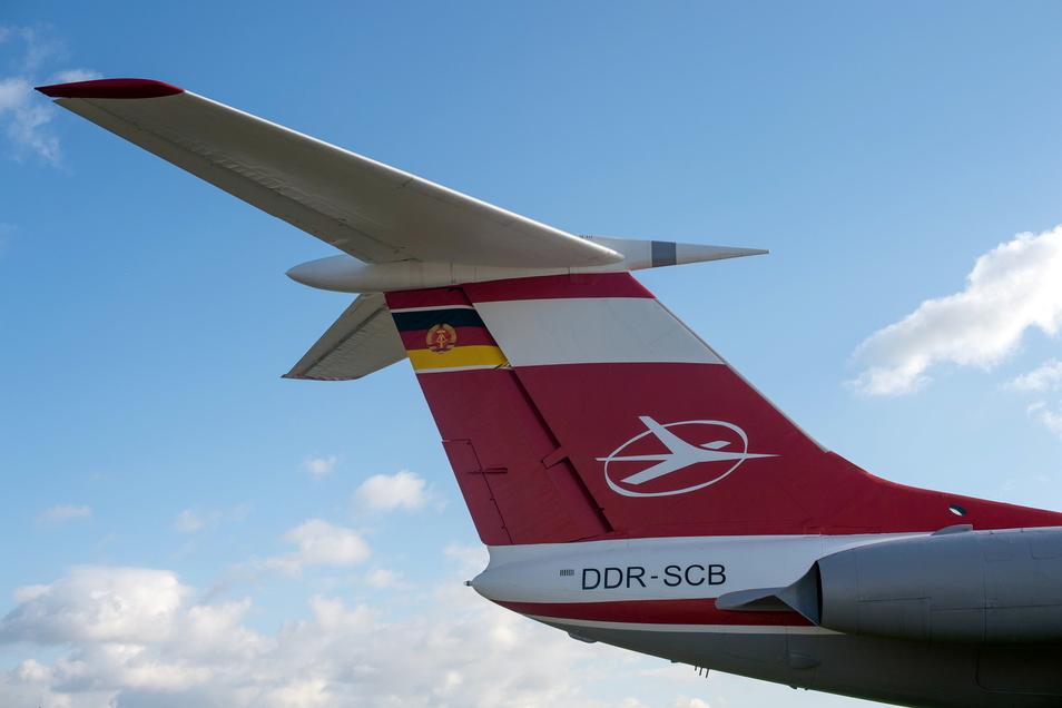 Die Fahne der DDR und das Logo der Fluggesellschaft Interflug ist auf dem Seitenruder einer Tupolew TU-134 zu sehen.
