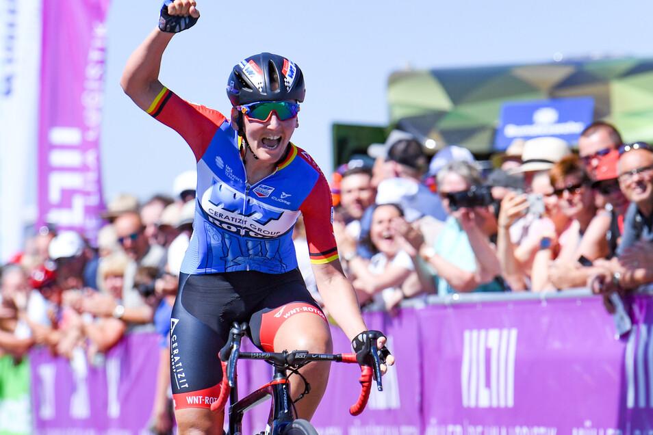 Lisa Brennauer bejubelt vor einem Jahr am Sachsenring nach 103,2 Kilometern ihren Erfolg bei der deutschen Straßenrad-Meisterschaft.