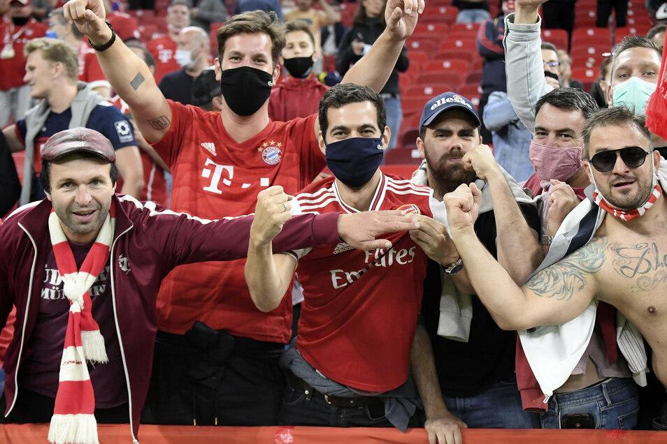 Bayerns Fans jubeln nach dem Spiel über den Sieg der Münchner.
