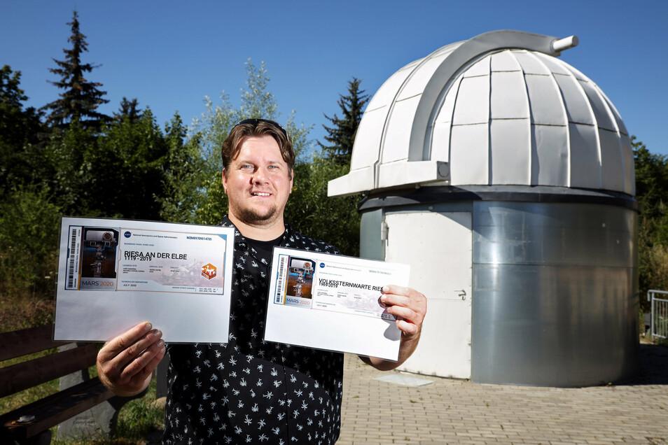 Auf zur Mars-Mission: Stefan Schwager - hier vor der Sternwarte in Riesa - hat gleich mehrere Riesaer Namen auf einem Chip verewigen lassen, der gerade zum Roten Planeten unterwegs ist.