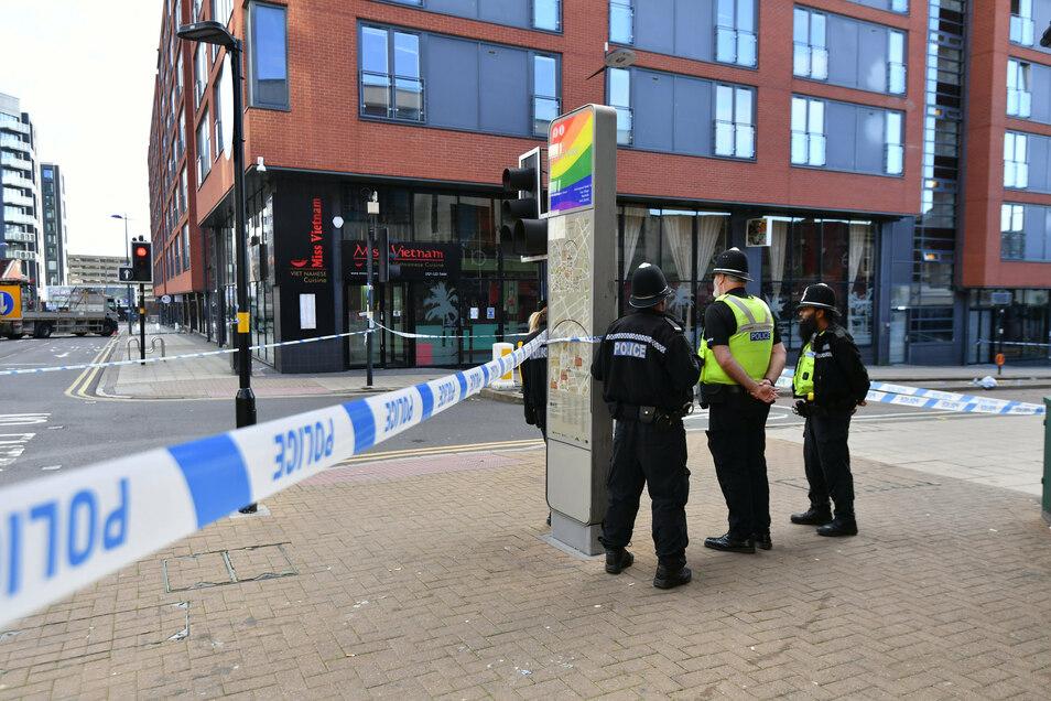 Polizeibeamte stehen an einer Absperrung in der Hurst Street in Birmingham.