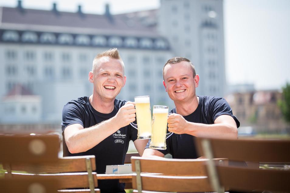 Sie setzen auf Industriecharme: Im Alberthafen eröffnen Thomas Kian-Zenker (links) und Martin Reeck einen neuen Biergarten.