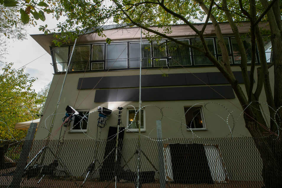 Filmlicht am alten Stellwerk: Das Haus wirkt ein wenig bedrückend.