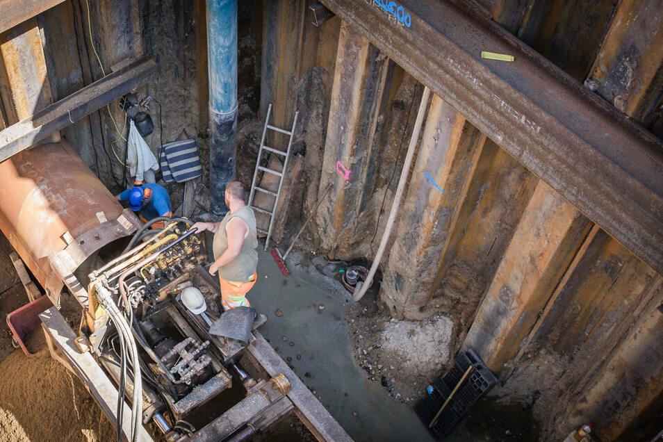 Ein Blick in die Baugrube. Zu sehen sind die Hydraulikpresse und das Rohr. Ist der Tunnel fertig, werden dort zwei Fernwärmeleitungen eingebaut.