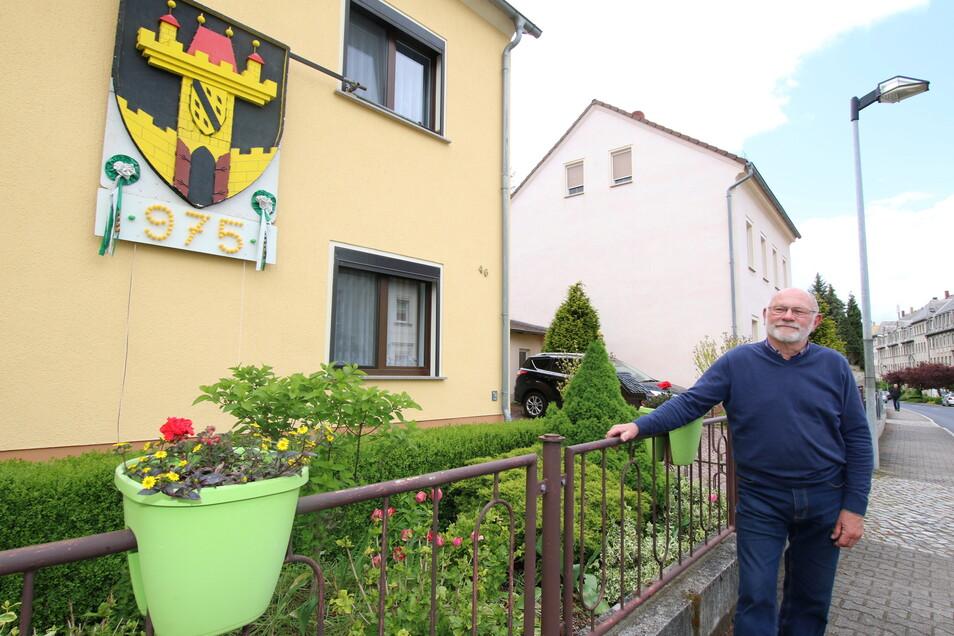 Klaus-Dieter Reißmann hat den Anfang gemacht und seine Stadtfestdeko von 1996 hervorgekramt, aufpoliert und wieder angebracht.