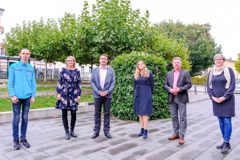 Oberbürgermeister Bert Wendsche (2.v.r.) bedankt sich bei Niklas Fiedler, Annelie Ludwig, Michael Klöden, Sindy Strienitz und Antonia Balzer (v.l.n.r.) für ihren Einsatz.