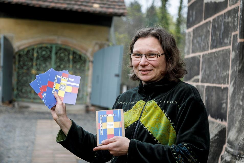 Janet Conrad ist die Geschäftsführerin der Evangelischen Kulturstiftung Görlitz. Hier steht sie am Heiligen Grab in Görlitz und zeigt ein neues Geocaching Spiel.