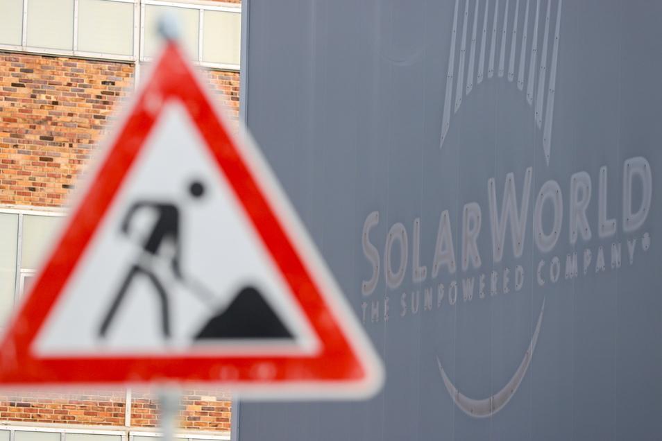 An der Fassade der Solarmodulfabrik von Meyer-Burger in Freiberg lässt sich noch das Logo des pleite gegangenen Vorgängers Solarworld erkennen.
