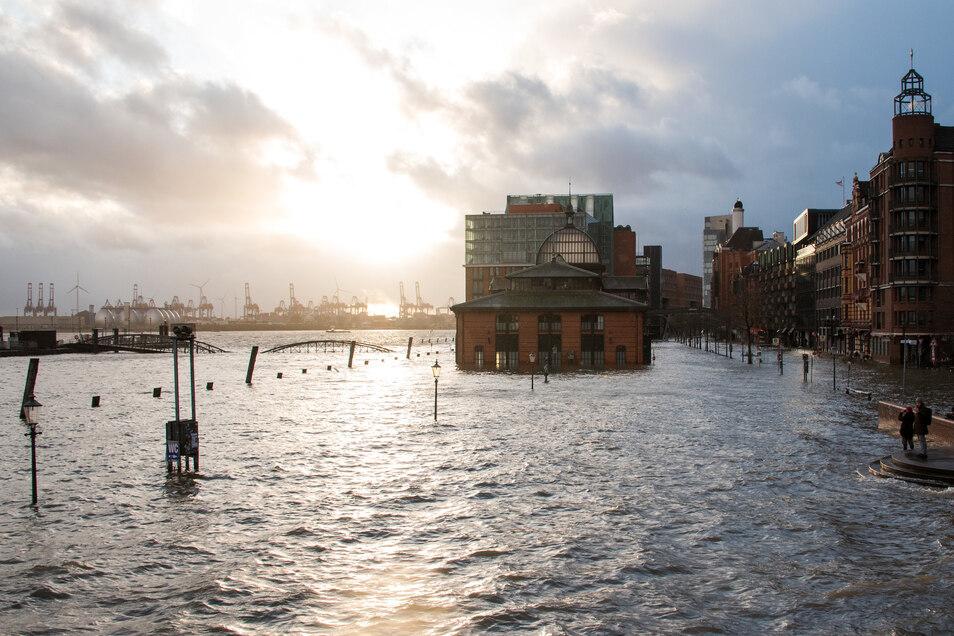 DerHamburger Fischmarkt mit der Fischauktionshalle steht während einer Sturmflut unter Wasser.