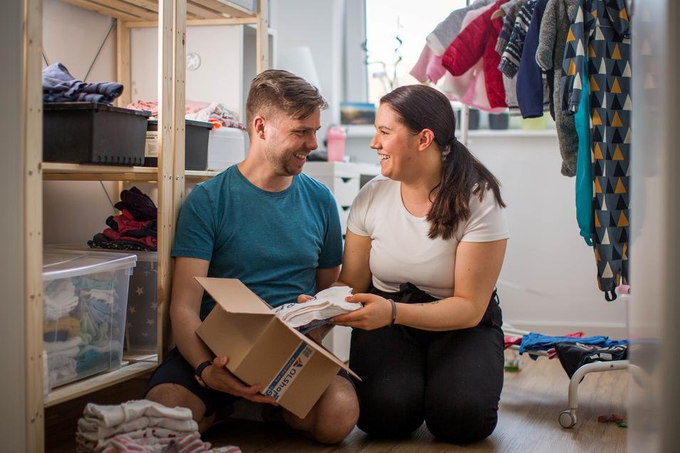 In ihrer Wohnung haben Sara und Patrick Schlüter einen Mietservice für Kinderbekleidung gestartet.