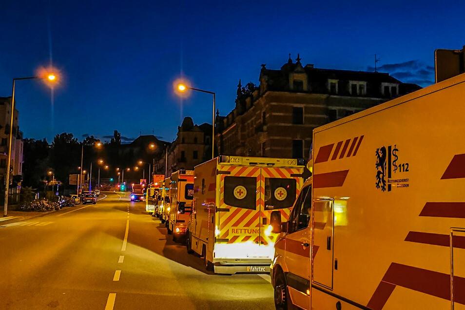 Elf Rettungsdienst-Fahrzeuge waren im Einsatz. Die Schlange reichte bis auf die Waldschlößchenstraße.