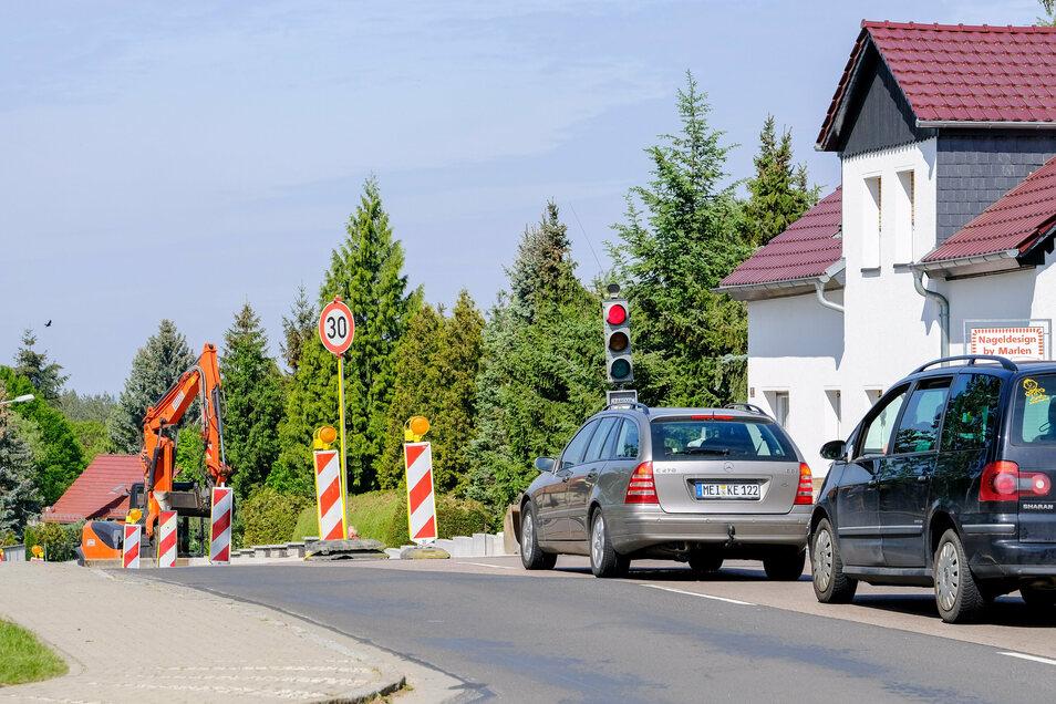 Über Ampeln war die Moritzburger Straße in Weinböhla schon seit Frühjahr abschnittsweise gesperrt, wie hier am Laubenschlösschen. Nun ist sie zum Aufbringen einer neuen Fahrbahndecke bis Anfang Oktober voll gesperrt.