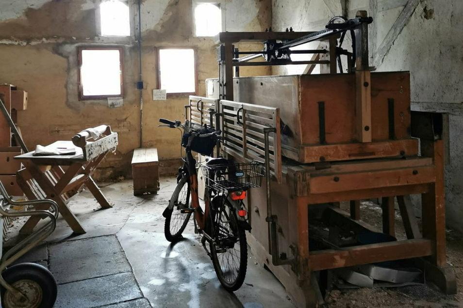 Die alte Wäschemangel aus dem Bestand von Kultladenbesitzer Max Panitz will der Taubenheimer Dorfclub sanieren und vor dem Bahnhof ausstellen.