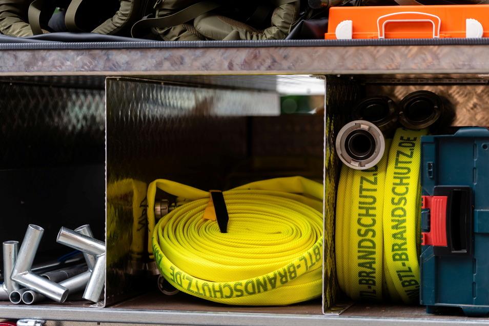 Zur Grundausstattung des Waldbrandanhängers gehören Schläuche, aber auch Staubschutzmasken, Hacken, Kraxen und Löschrucksäcke.