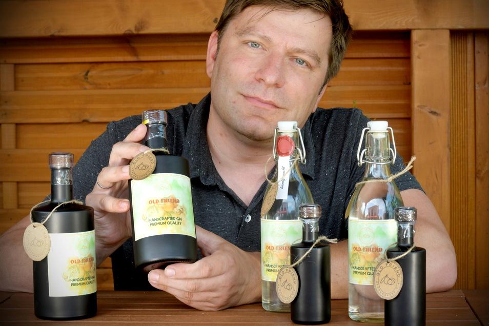 Andreas Geißler destilliert Gin.