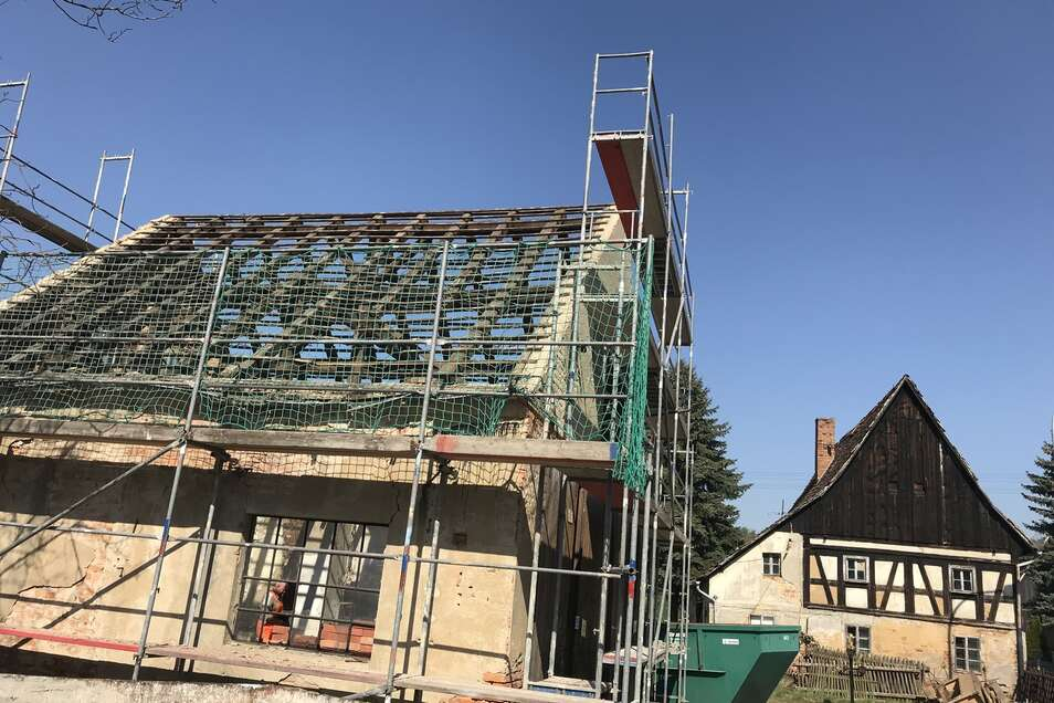 Inzwischen ist das Gebäude eingerüstet und das Dach abgedeckt.