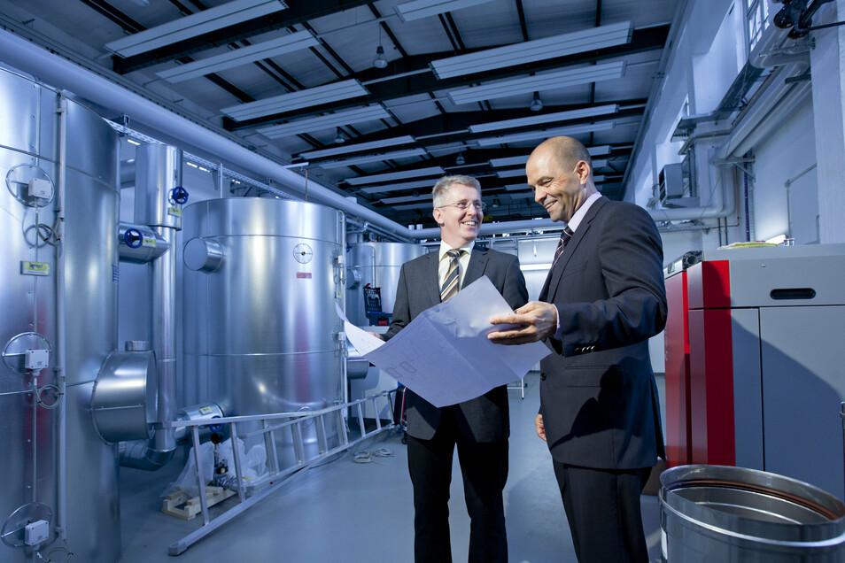 Geschäftsführer René Röthig (rechts) im Gespräch mit Prof. Marko Stephan im Energiekompetenzzentrum der BA Riesa.