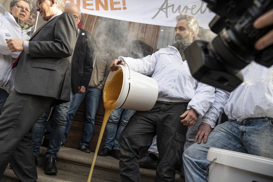 Mit der Aktion protestiert das Imkerpaar gegen die Verwendung von Glyphosat in der Landwirtschaft.