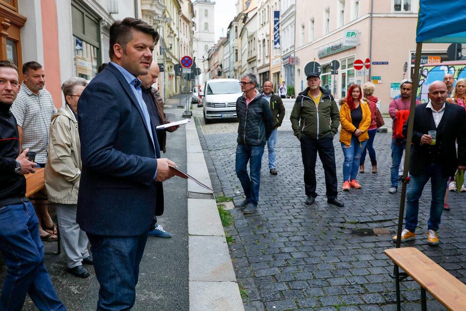 Anwohner, Händler und Gewerbetreibende der Inneren Weberstraße sind am Sonnabend mit Zittaus OB Thomas Zenker (vorn) und weiteren Vertretern der Stadtverwaltung zu einem Krisengespräch über die am Montag beginnende Sanierung der Straße zusammengekommen.