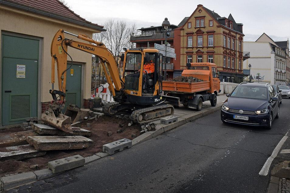 Mitarbeiter der Firma Hoff Straßen- und Tiefbau Ostrau sanieren den Fußweg an der Oberbrücke.