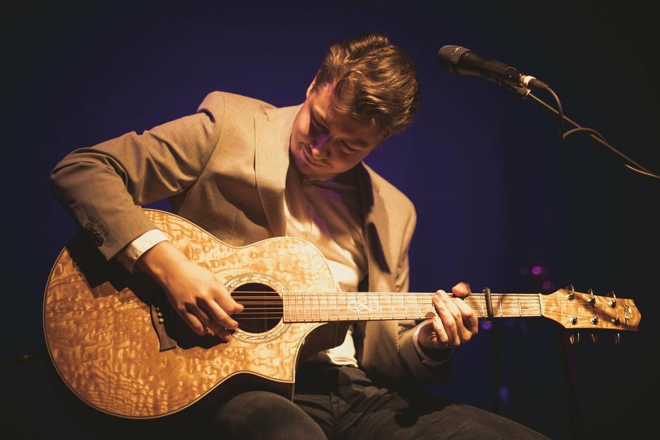 Spielte auf dem Hurricane-Festival, organisierte zwei Europa-Tourneen als Solokünstler und wurde mehrfach für sein Können ausgezeichnet: Gitarrist Julian Wolf.