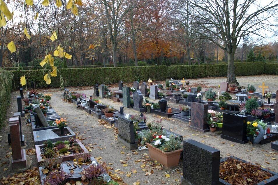 Der Friedhof in Weißwasser ist keineswegs eine kleine Anlage. Dennoch fehlt auf der Einrichtung, zu der auch Kriegsgräber und ein Gedenkpfad gehören, eine öffentlich nutzbare Toilettenanlage. Doch die wäre an dieser Stelle dringend erforderlich.