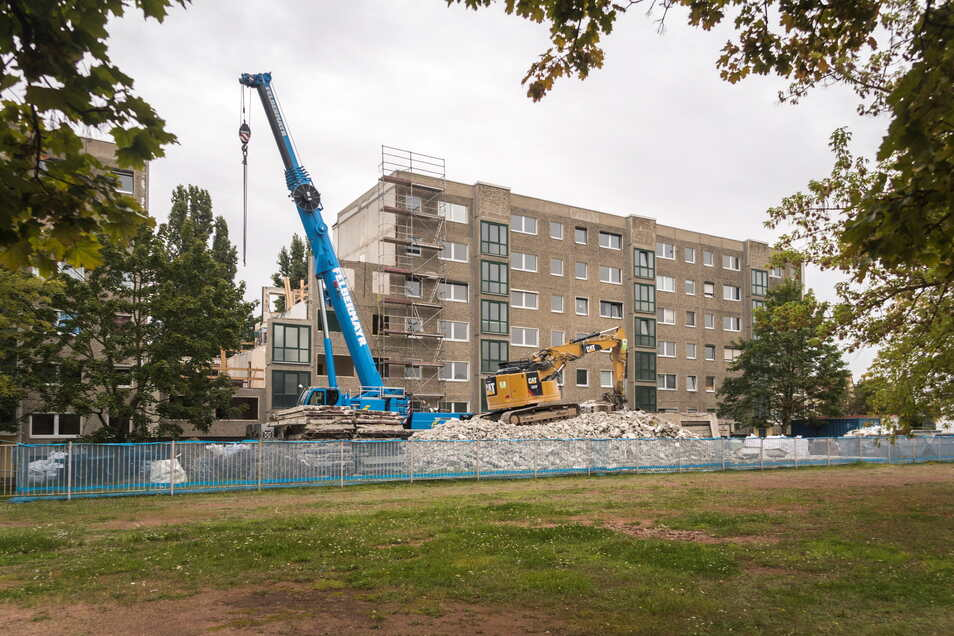 Blick vom Gelände der 4. Grundschule auf den Klötzerstraßen-Wohnblock mit der Hausnummer 20: Ein Eingang verschwindet komplett.