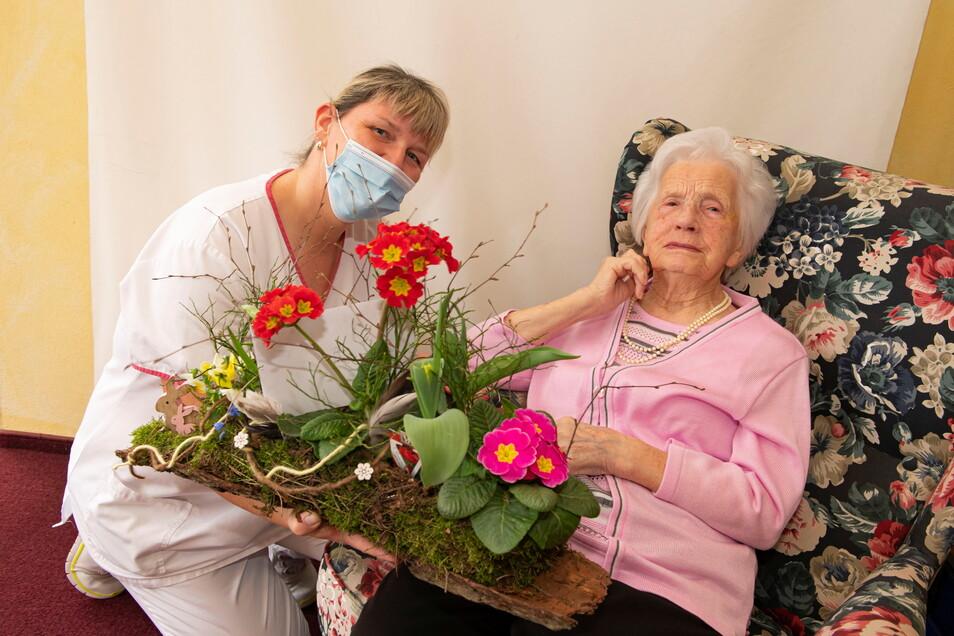 """Hildegard Jaczkowski ist am Montag 106 Jahre alt geworden. Im """"Haus Sonne"""" in Schönfeld wird sie unter anderem von Rowena Hofmann bestens umsorgt."""