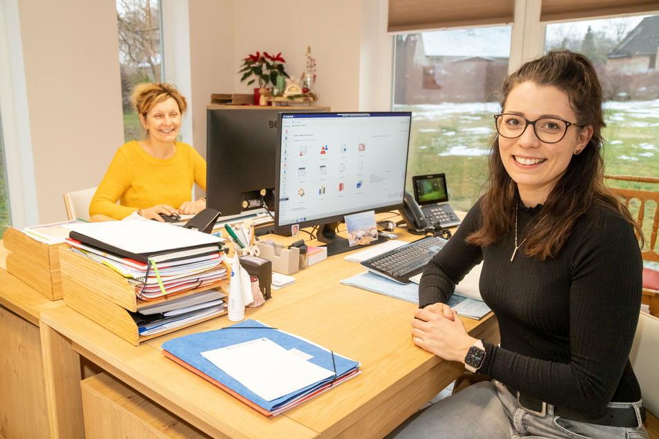 Barbara Standke (links) und Tochter Julia Stoll betreiben einen Pflegedienst an drei Standorten. In ihrem Büro im Seniorenhaus Steinölsa sind sie auf schnelles Internet angewiesen.