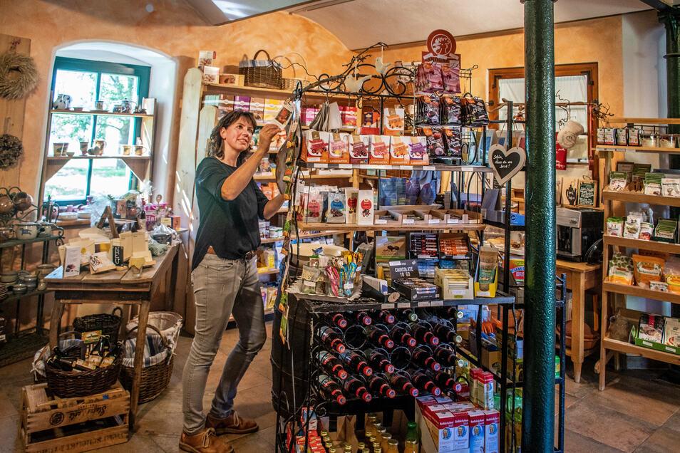 Im Hofladen gibt es nicht nur Produkte von Manufakturen, sondern auch von Künstlern aus der Region.