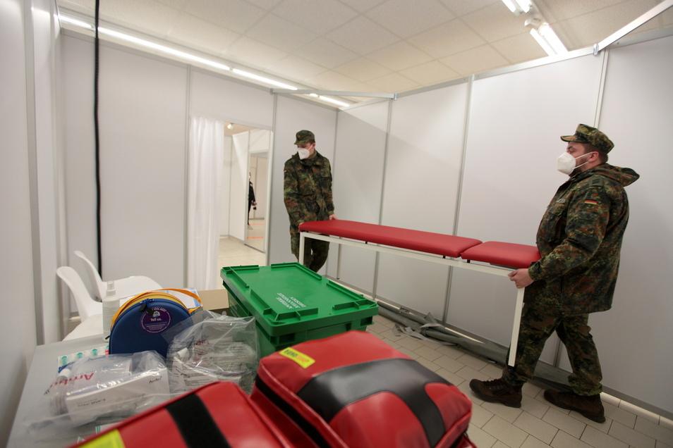 Soldaten der Bundeswehr halfen zwischenzeitlich auch im Impfzentrum in Pirna-Jessen.