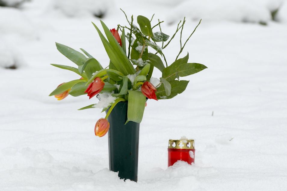 Frische Blumen auf dem Friedhof am Zittauer Krematorium: Bis zu vier Beerdigungen finden hier derzeit täglich statt.