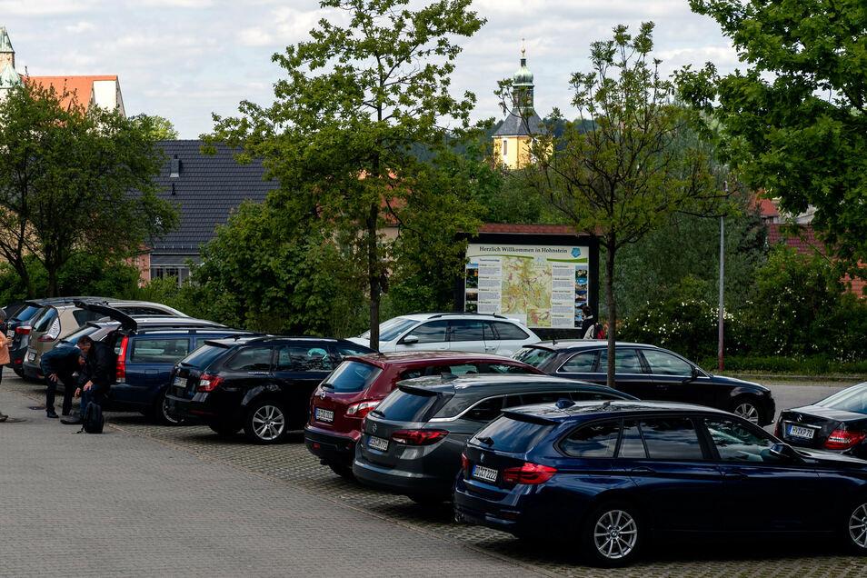 Gut gefüllte Parkplätze überall, wie hier der An der Eiche in Hohnstein.