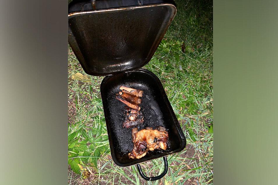 Sollte ein Essen werden, war am Ende aber ein Fall für die Feuerwehr: Vom heißen Herd genommener Tiegel in Pirna-Copitz.