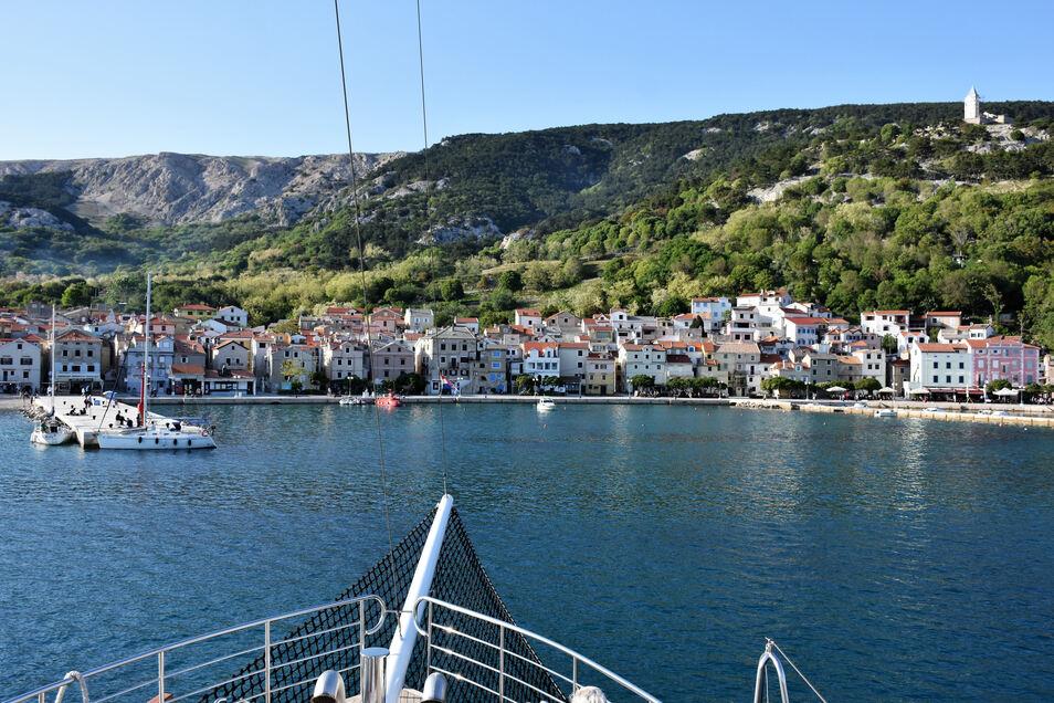 Einfahrt in den Hafen von Baska: Die kleine Stadt im Süden der Insel Krk ist von einem Gewirr enger Gassen durchzogen. Verlaufen garantiert!