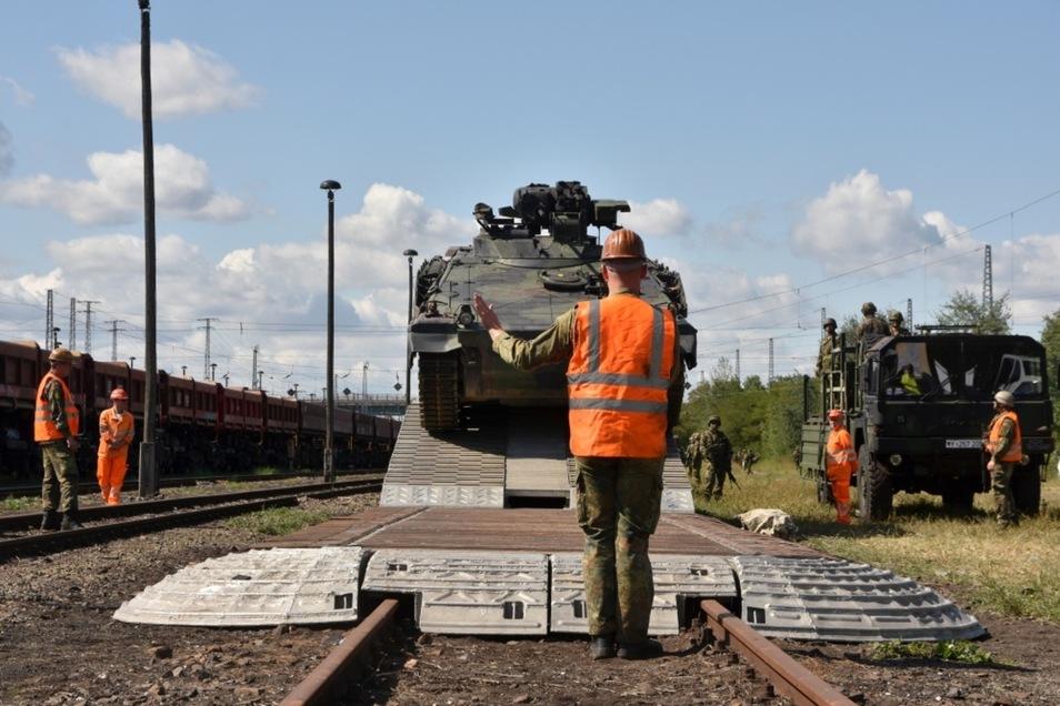 Der erste Panzer verlässt in Senftenberg den Zug.