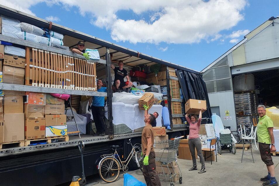 Viel Spaß hatte das diesmal recht junge Helferteam am Montag beim Beladen des Hilfstransportes.