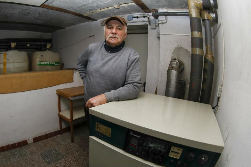 Lothar Schmidt mit seiner alten Ölheizung. Statt einer neuen würde er gern einen Fernwärmeanschluss haben.