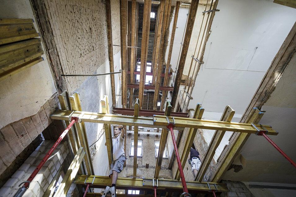 In einer Ecke des Haupthauses wurden alle Zwischendecken entfernt. Sie werden durch Stahlbetondecken ersetzt. Das ist nötig, um die Giebelwand zu stabilisieren, die mit ihren großen Fensterfronten sehr schwer wird.