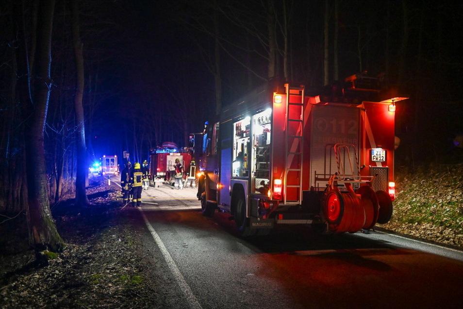 Kameraden der Feuerwehr bargen den Mann aus der Mandau und transportierten ihn durch den Wald, über die Gleise bis zur Talstraße.